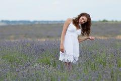 Mujer joven en blanco al aire libre Fotos de archivo libres de regalías