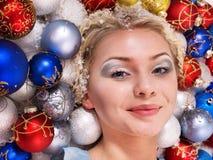 Mujer joven en bolas de la Navidad. Imagenes de archivo