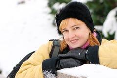 Mujer joven en bosque del invierno Fotos de archivo libres de regalías