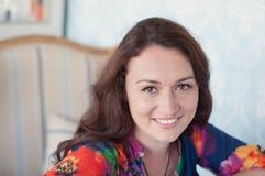 Mujer joven en café Fotos de archivo libres de regalías