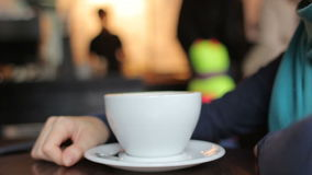 Mujer joven en café de consumición de la bufanda azul en cierre de la cafetería para arriba almacen de video