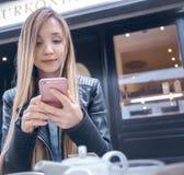 Mujer joven en cafés foto de archivo