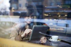 Mujer joven en cafetería foto de archivo