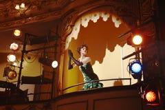 Mujer joven en caja del teatro imágenes de archivo libres de regalías