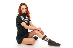 Mujer joven en calcetines de un suéter de las lanas y de las lanas Foto de archivo