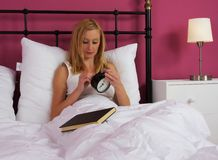 Mujer joven en cama Fotos de archivo