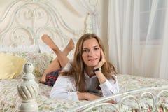 Mujer joven en cama imagen de archivo
