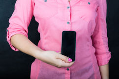 Mujer joven en camisa rosada Foto de archivo libre de regalías