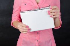 Mujer joven en camisa rosada Imágenes de archivo libres de regalías