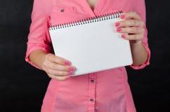 Mujer joven en camisa rosada Fotografía de archivo