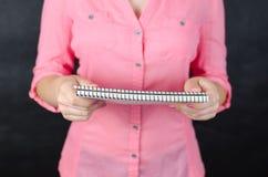 Mujer joven en camisa rosada Fotos de archivo libres de regalías