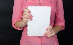 Mujer joven en camisa rosada Fotografía de archivo libre de regalías