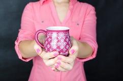 Mujer joven en camisa rosada Imagen de archivo libre de regalías
