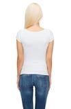 Mujer joven en camiseta blanca en blanco Fotografía de archivo