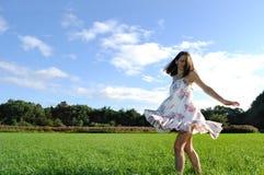 Mujer joven en campo foto de archivo libre de regalías