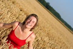 Mujer joven en campo de trigo Fotografía de archivo libre de regalías