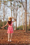Mujer joven en campo del verano Imagen de archivo