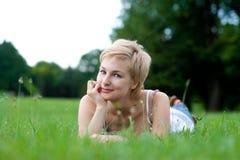 Mujer joven en campo verde Imagen de archivo