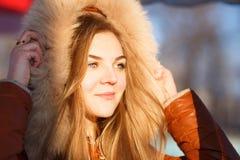 Mujer joven en capilla de la piel Ciérrese encima del retrato del invierno Fotografía de archivo