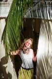 Mujer joven en centro turístico Foto de archivo libre de regalías