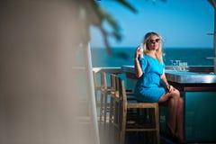 Mujer joven en centro turístico Fotografía de archivo libre de regalías