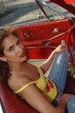 Mujer joven en coche rojo   Foto de archivo libre de regalías