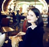 Mujer joven en cofe de consumición del café Foto de archivo