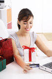 Mujer joven en compras en línea Imágenes de archivo libres de regalías