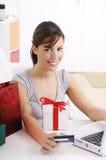 Mujer joven en compras en línea Fotografía de archivo