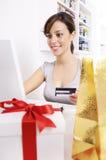 Mujer joven en compras en línea Imagen de archivo