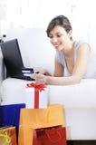 Mujer joven en compras en línea Fotos de archivo libres de regalías