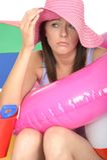 Mujer joven en cuestión preocupante infeliz el día de fiesta que parece apenado Imagenes de archivo
