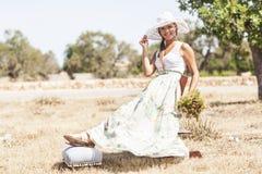 Mujer joven en día de verano Foto de archivo
