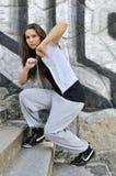 Mujer joven en danza del estilo del salto de la cadera Fotografía de archivo libre de regalías