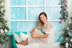Mujer joven en decoraciones de una Navidad Foto de archivo libre de regalías