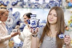 Mujer joven en departamento Imagen de archivo libre de regalías