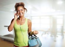 Mujer joven en desgaste del deporte que camina en gimnasio Fotografía de archivo libre de regalías