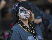 Mujer joven en Dia De Los Muertos Makeup Imagen de archivo libre de regalías