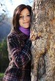 Mujer joven en el árbol Foto de archivo