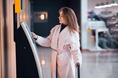 Mujer joven en el área de transferencia del servicio del uno mismo fotos de archivo