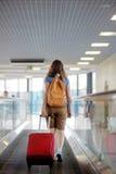 Mujer joven en el aeropuerto Imágenes de archivo libres de regalías