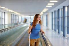 Mujer joven en el aeropuerto Imagen de archivo libre de regalías