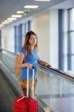 Mujer joven en el aeropuerto Foto de archivo