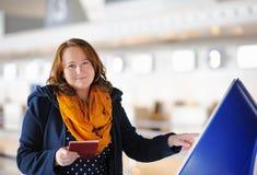 Mujer joven en el aeropuerto imagenes de archivo