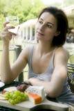 Mujer joven en el almuerzo Imágenes de archivo libres de regalías