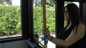 Mujer joven en el autobús almacen de video