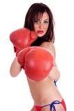 Mujer joven en el bikiní rojo que hace el boxeo Fotos de archivo libres de regalías