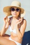 Mujer joven en el bikini que presenta con el sombrero Imágenes de archivo libres de regalías
