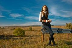 Mujer joven en el borde de la carretera Imagenes de archivo