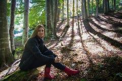Mujer joven en el bosque Fotos de archivo